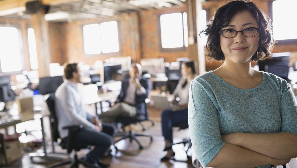 Japanerin mit Brille im Büro: bisher wohl eher eine Ausnahme