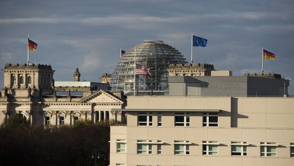 Berliner Reichstag und US-Botschaft: Künftig genauere Kenntnisse über ausländische Nachrichtendienstmitarbeiter in Deutschland