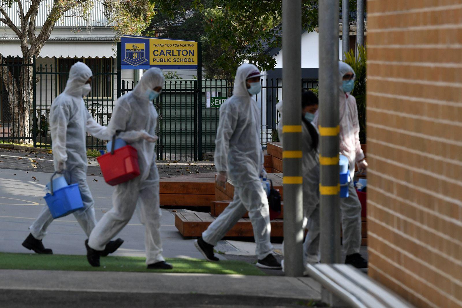 Coronavirus in Australien, Lockdown in Sydney NSW CORONAVIRUS COVID19, Workers conduct a deep clean at Carlton Public S