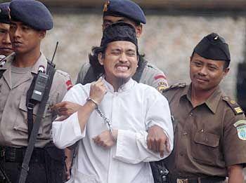 Imam Samudra vor dem Prozess (Archiv): Der Muslimprediger soll Verbindungen zu Reda Seyam gehabt haben