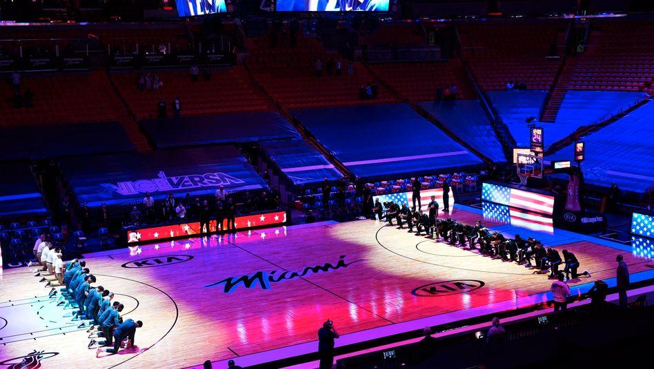 Kniende Spieler der NBA-Teams aus Boston und Miamiam Mittwochabend vor der Partie in Miami