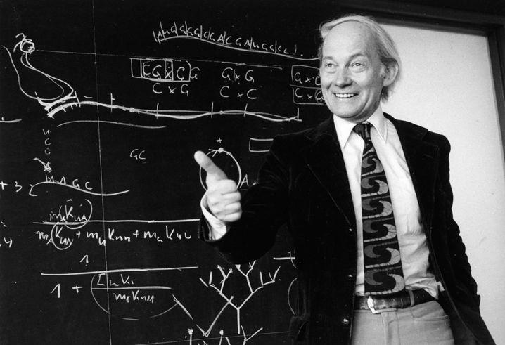 Manfred Eigen bei einer Vorlesung im Jahr 1979