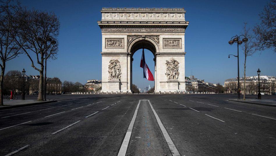 Keine Menschen am Arc de Triomphe: In Frankreich gilt eine Ausgangssperre