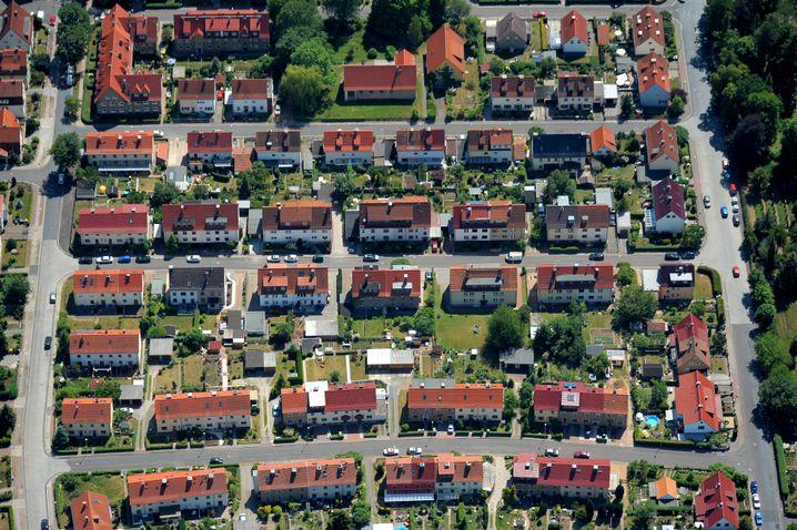 Häusersiedlung: Abschätziger Blick auf Vorstädter