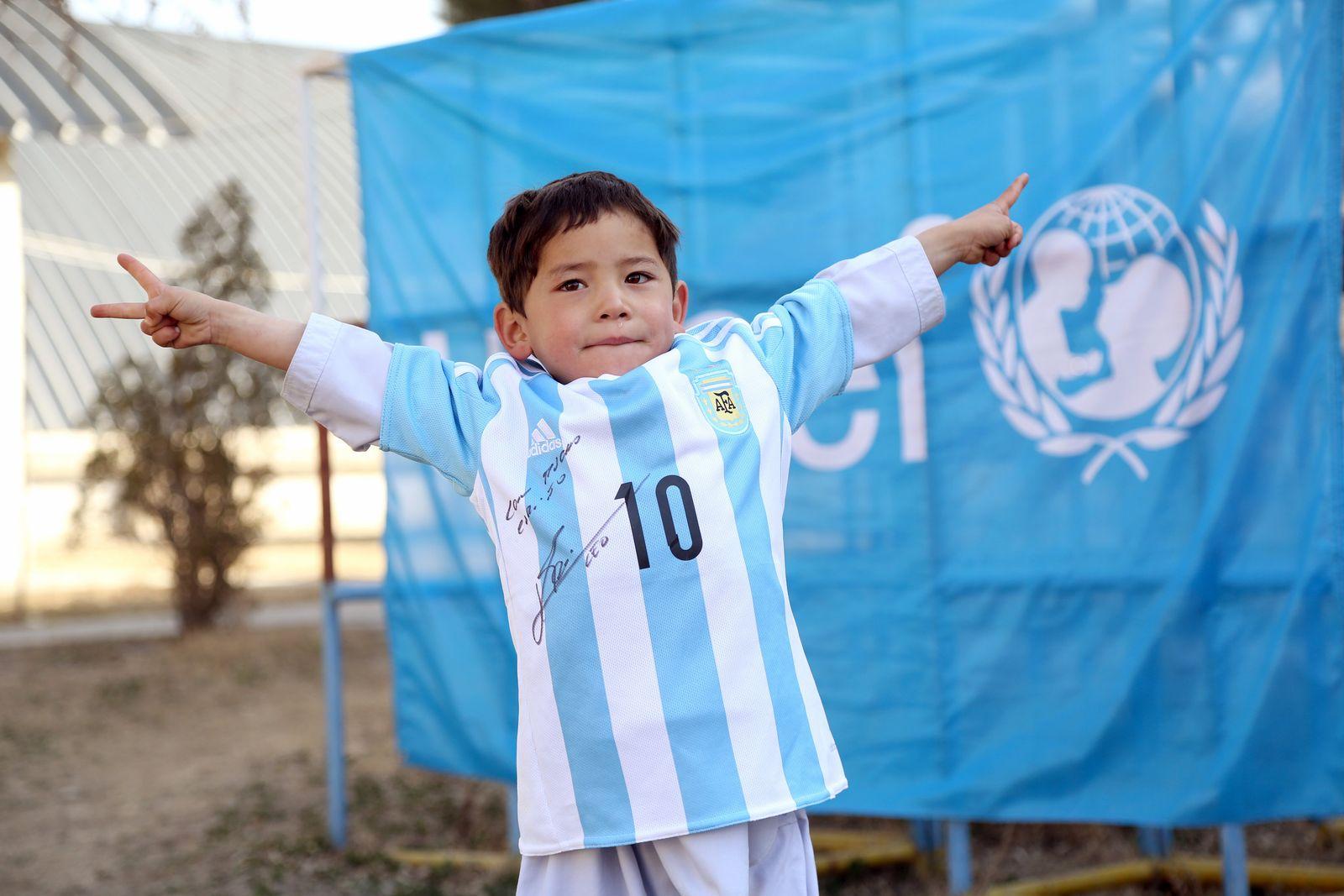 Messi-Fan Murtasa bekommt signiertes Trikot