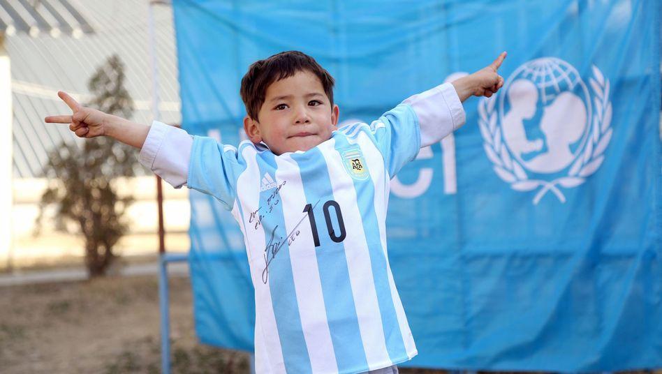 Murtaza Ahmadi: Stolzer Besitzer eines signierten Messi-Trikots