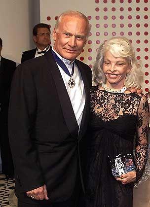 """Weltraum-Veteran Aldrin (mit Ehefrau): """"Kein Platz mehr für Zivilisten"""""""