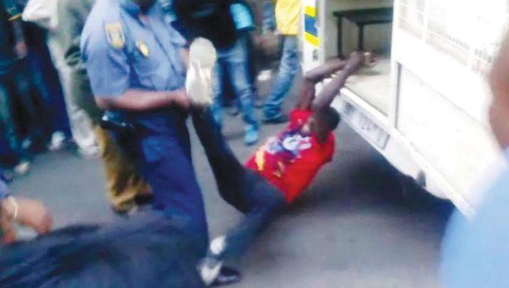 Brutale Festnahme in Südafrika: Polizisten schleifen Mann zu Tode