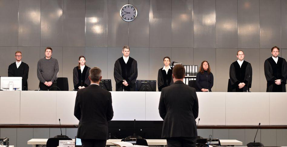 Richterbank beim Strafprozess um die Loveparade-Katastrophe, Archivbild vom 13.12.2017