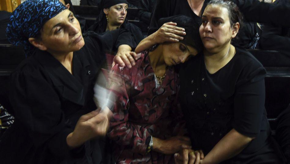 Trauernde Angehörige von getöteten Christen