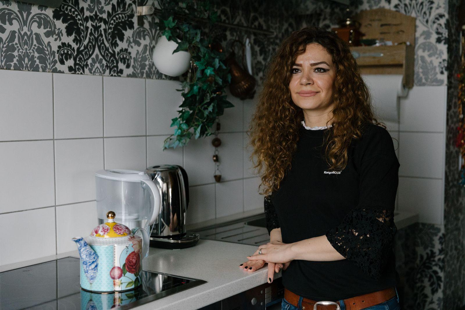 Raheleh Asadi in ihrer Wohnung in Ludwigshafen Oggersheim