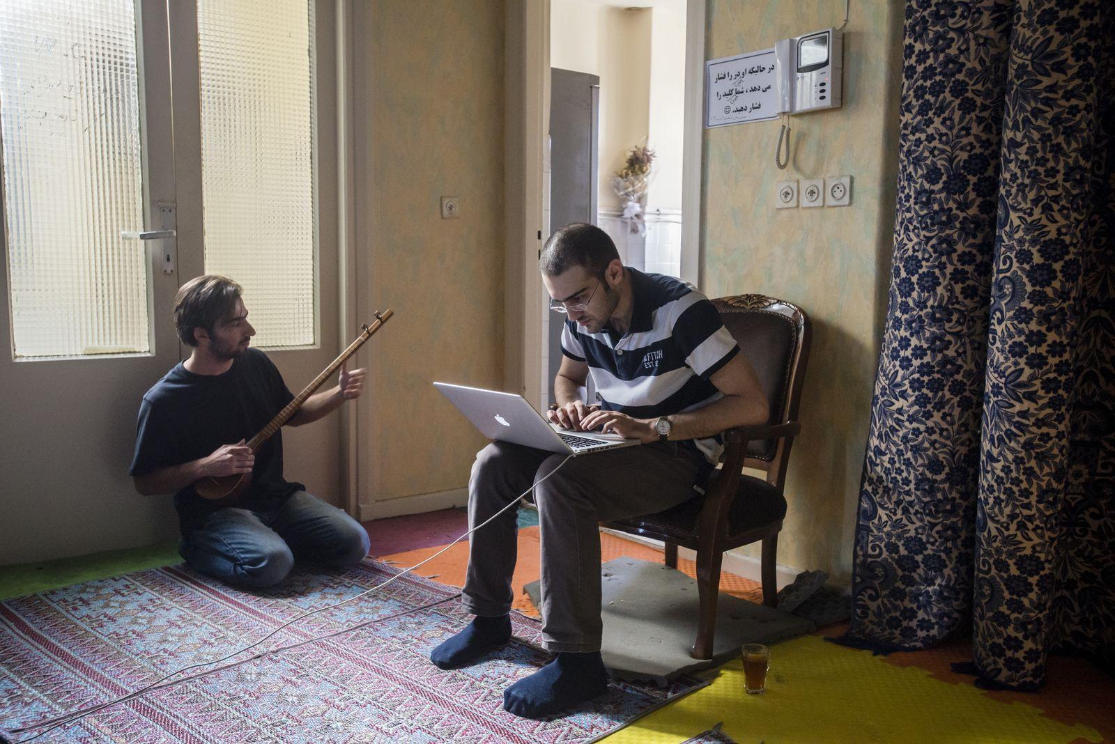 NICHT MEHR VERWENDEN! - Iran Junge Leute / Laptop