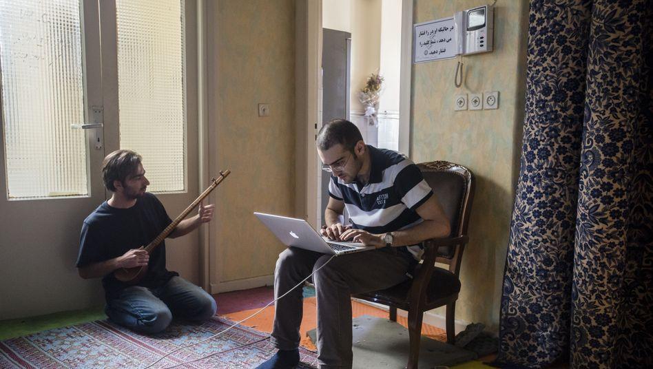 Teheran: Junge Iraner beim Arbeiten und Musizieren (Symbolbild)