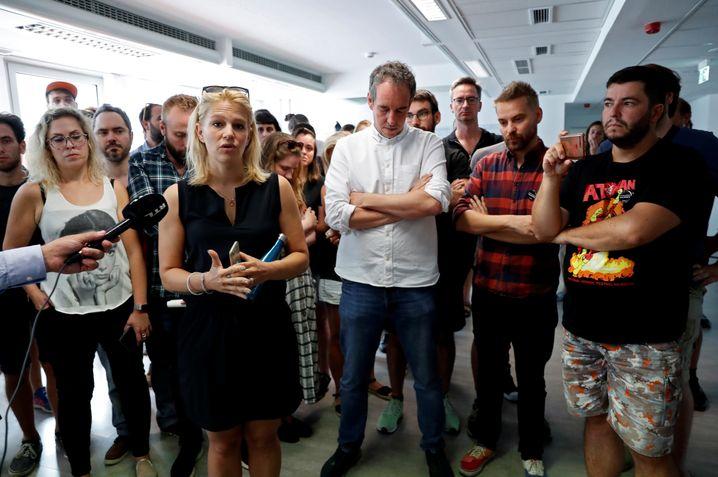 Nach der Entlassung ihres Chefredakteurs solidarisieren sich seine Stellvertreterin Veronika Munk und fast alle Mitarbeiterinnen mit Szabolcs Dull und kündigen