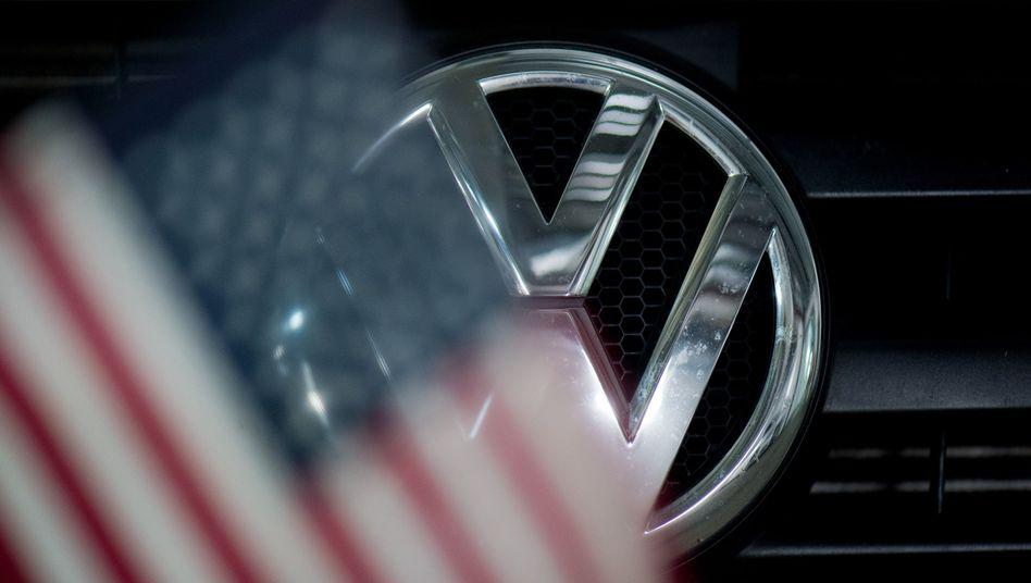 Volkswagen-Logo zeichnet sich hinter US-Flagge ab