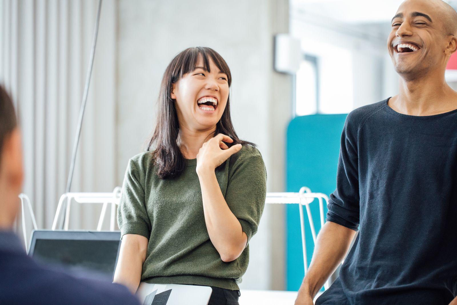 EINMALIGE VERWENDUNG Arbeit/ Büro/ lachen/ Diversität