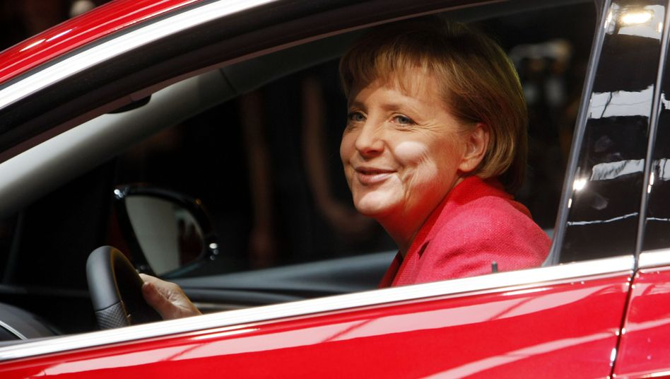Kanzlerin Merkel (bei der Auto-Messe 2009): Kommt die Maut?