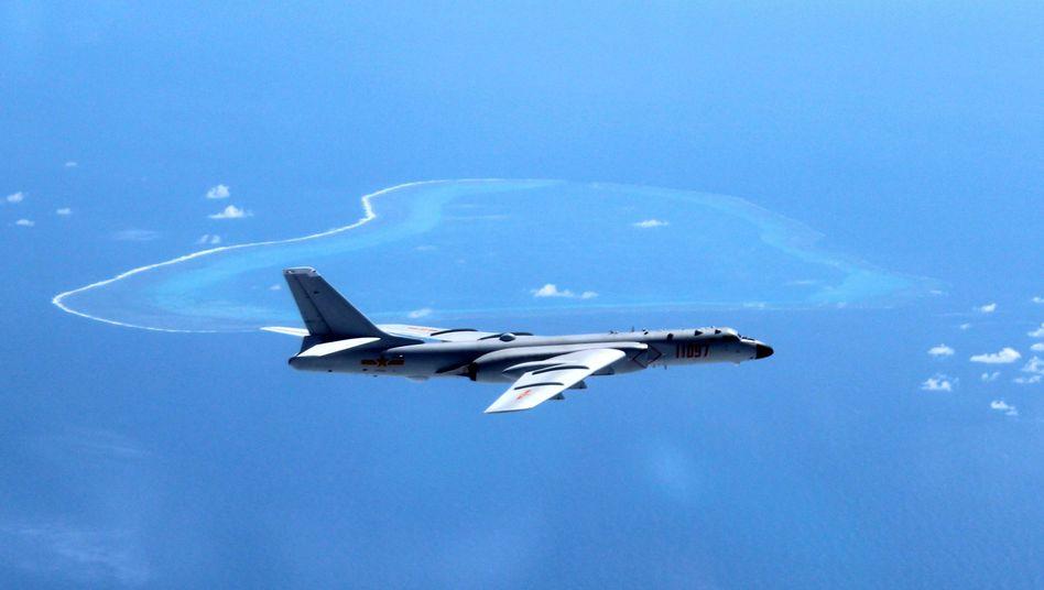 Chinesischer Bomber über dem Südchinesischen Meer (Archiv)
