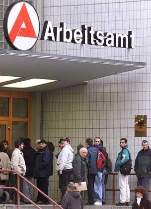 Höchste Oktoberrate seit fünf Jahren: Arbeitslose vor einem Arbeitsamt in Berlin