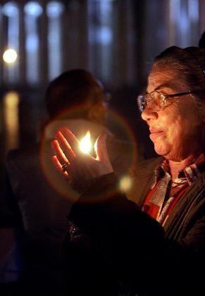 Petersplatz: Eine Frau hält eine Kerze