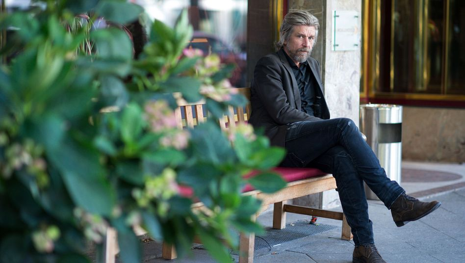 """Karl Ove Knausgård, Jahrgang 1968, ist ein norwegischer Schriftsteller. Mit """"Kämpfen"""" beendet Knausgård seinen auf sechs Bände angelegten Romanzyklus, der ihn international erfolgreich machte."""