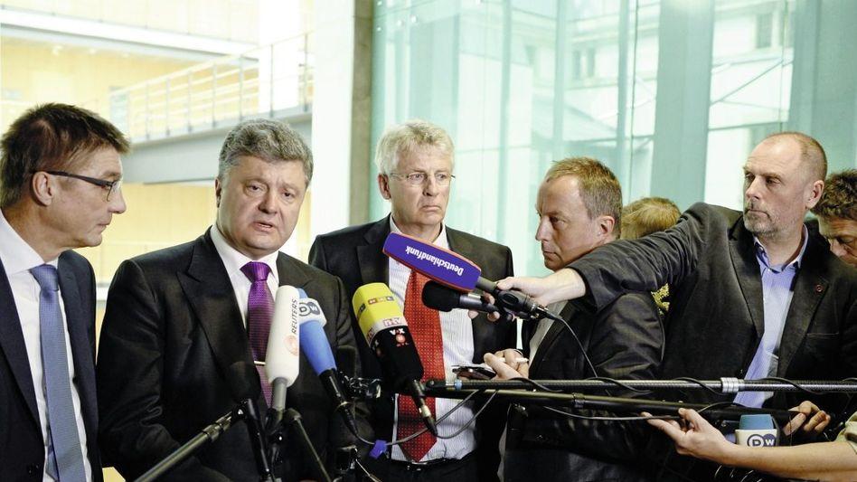 Politiker Poroschenko (2. v. l.), Wellmann (M.) in Berlin 2014: »Der war ein Lobbyist«