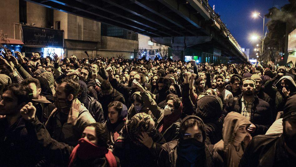In Teheran demonstrierten Menschen nach dem Abschuss der ukrainischen Passiermaschine - am Rande der Proteste wurde der britische Botschafter kurzzeitig festgenommen