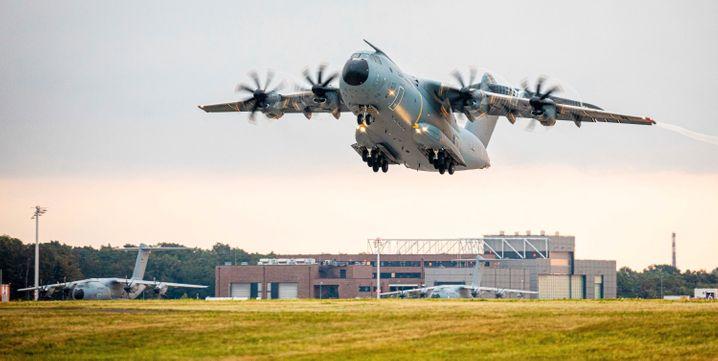 Ein Transportflugzeug vom Typ Airbus A400M der Luftwaffe startet am Morgen auf dem Fliegerhorst Wunstorf in der Region Hannover