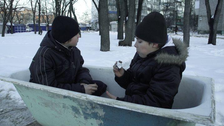 """""""Happy End"""": Anton (rechts) pausiert, bevor er die Badewanne zum Schrotthändler bringt"""