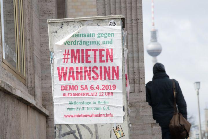 Aufruf zur Demonstration an der Karl-Marx-Allee in Berlin