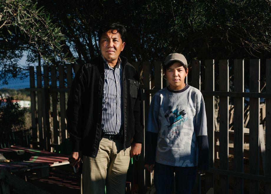 Reza A. mit seinem Sohn Yaser: Nachts bindet der Vater ihre Handgelenke zusammen oder schläft vor dem Zelt – falls der Junge wieder schlafwandelt