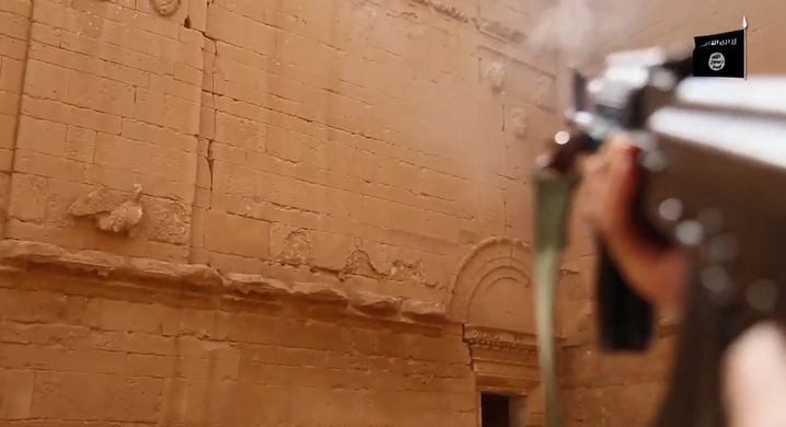 Standbild aus einem Propaganda-Video, in dem islamistische Milizen Schüsse auf eine historische Festung in Hatra abgeben sollen