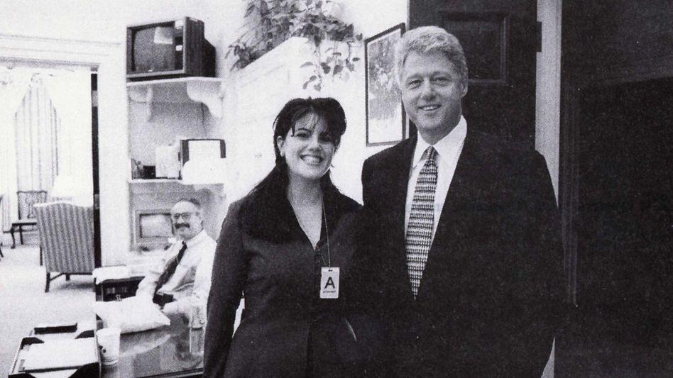 Bill Clinton posiert mit Monica Lewinsky 1995 - Jahre bevor deren Affäre publik wurde