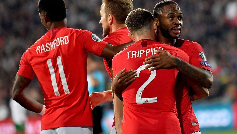 Raheem Sterling (r.) feiert mit seinen Teamkollegen der englischen Nationalelf einen Treffer beim 6:0 gegen Bulgarien. Bei diesem Spiel kam es zu rassistischen Beleidigungen.
