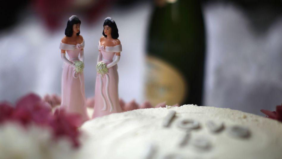 Hochzeitskuchen mit lesbischem Brautpaar: Nicht in allen europäischen Ländern erlaubt