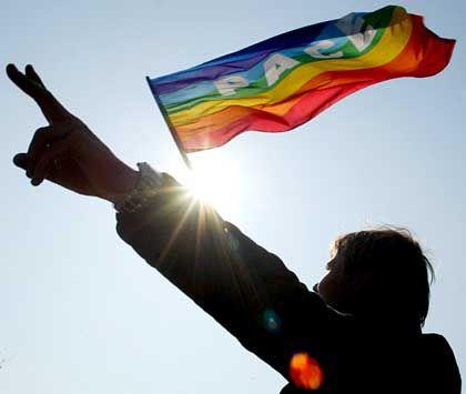 """Greenpeace trifft Friedensbewegung: Die """"Regenbogenflagge"""" wird zum Symbol gegen den Irak-Krieg"""