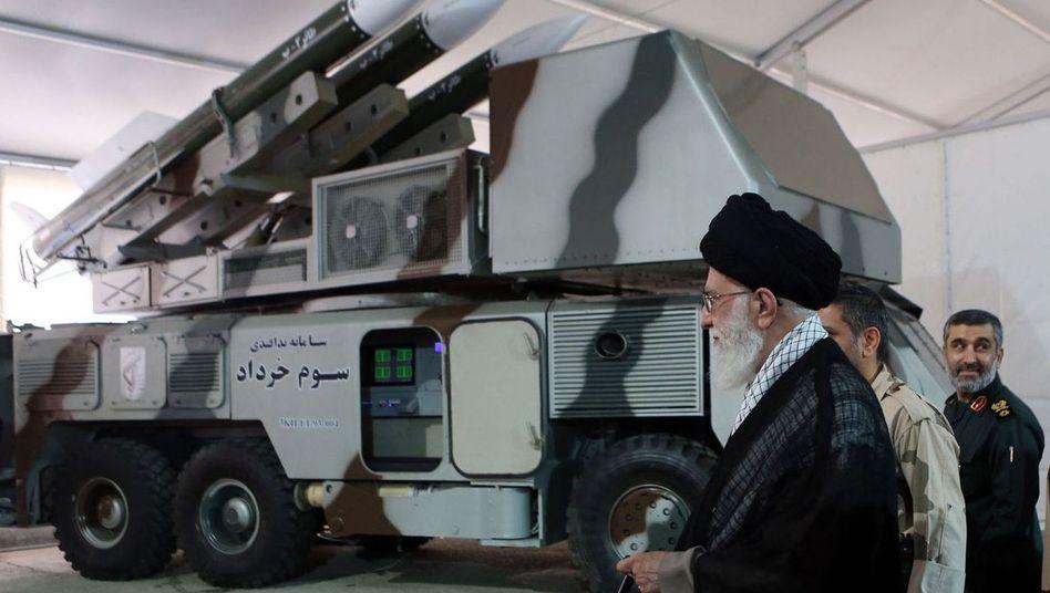 Ali Chamenei vor einem iranischen Raketensystem