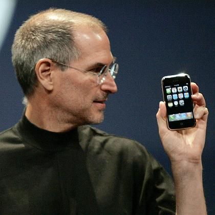 Apple-Chef Steve Jobs (mit iPhone): Plattenfirmen sollen DRM abschaffen. REUTERS/Kimberly White (UNITED STATES)