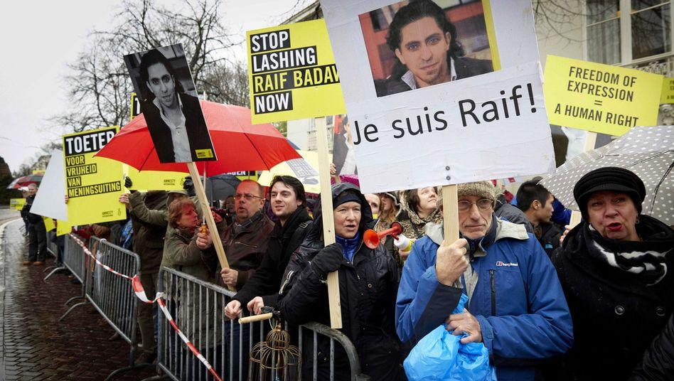 Unterstützung für Raif Badawi vor der Botschaft Saudi-Arabiens in den Niederlanden: Blogger erwartet weitere Peitschenhiebe