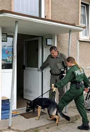Polizisten durchsuchen eine weitere Wohnung der verdächtigen Sabine H. in Eisenhüttenstadt