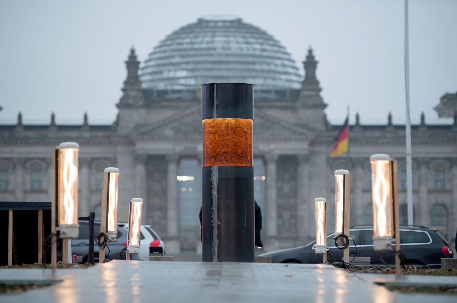 Zentrum für Politische Schönheit vor Reichstagsgebäude