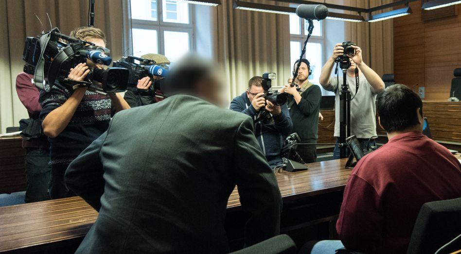 Hussein K. (r) und sein Dolmetscher im Freiburger Landgericht