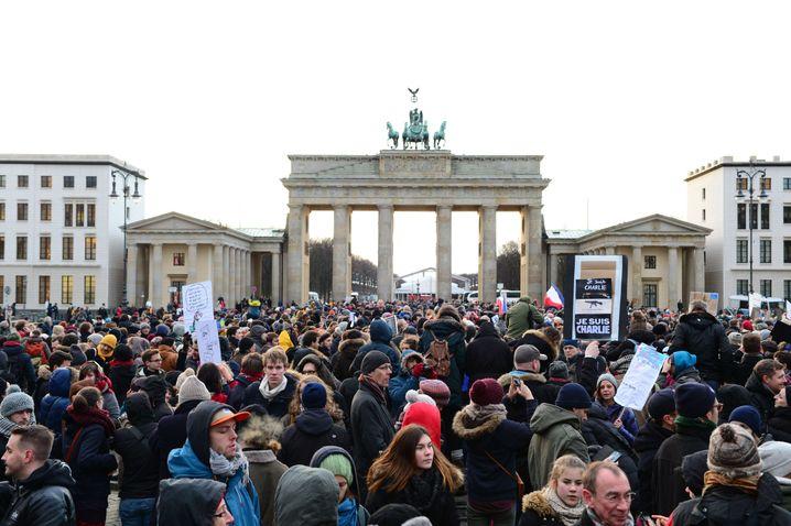 Pariser Platz, Berlin: Nahe der französischen Botschaft versammeln sich Menschen, um Solidarität zu zeigen