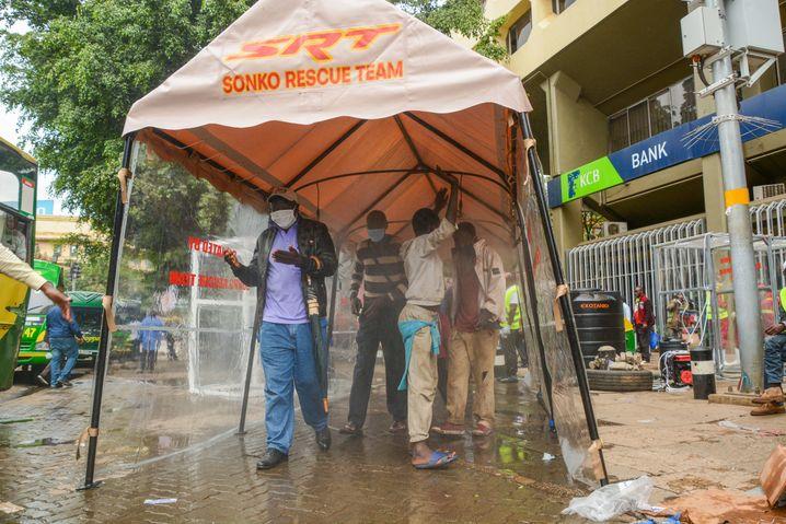 Desinfektionsschleuse in Nairobi: Im April 2020 waren noch strenge Maßnahmen in Kraft, heute ist davon kaum noch etwas übrig