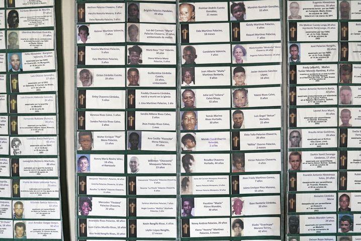 Collage mit Namen der Opfer des kolumbianischen Bürgerkriegs