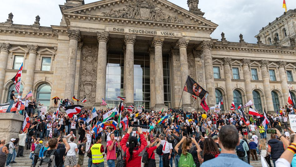 Demonstranten auf der Treppe des Reichtstagsgebäudes (29. August): von Demokratiefeinden durchsetzt
