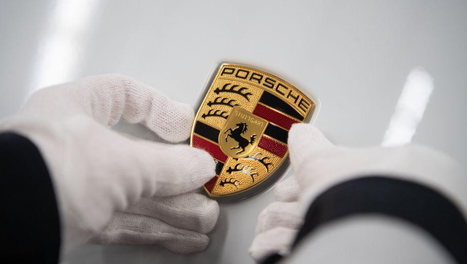 Porsche-Emblem über der Motorhaube in der Stuttgarter Produktion des Sportwagenbauers