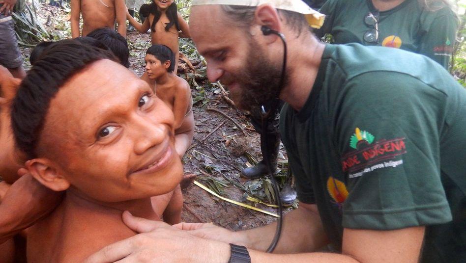 Ein Expeditionsmitglied untersucht einen Mann vom indigenen Volk der Korubo