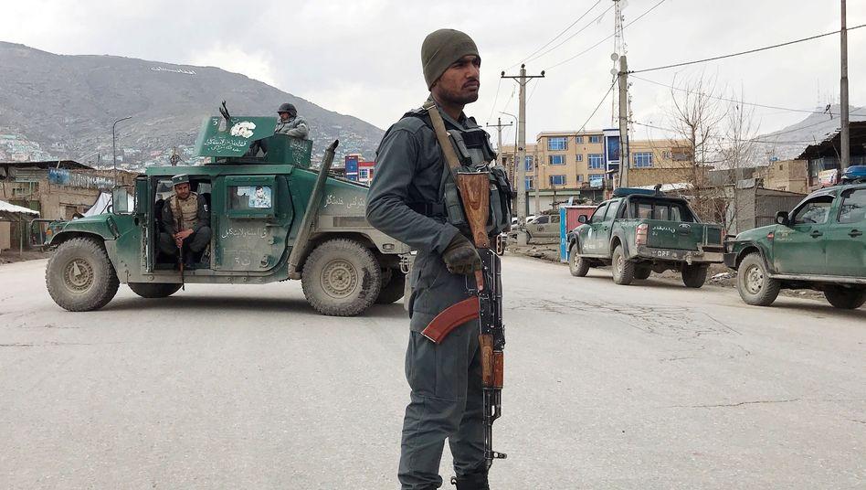 Polizist vor dem abgeriegelten Tatort in Kabul