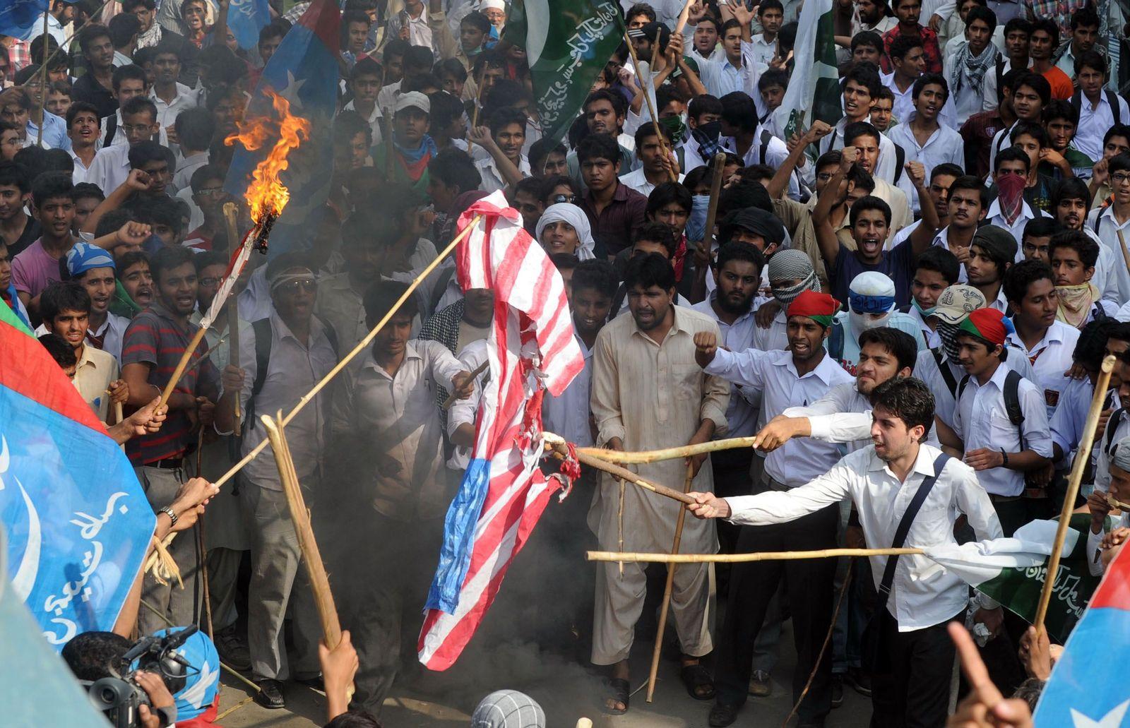 pakistan flagge brennt